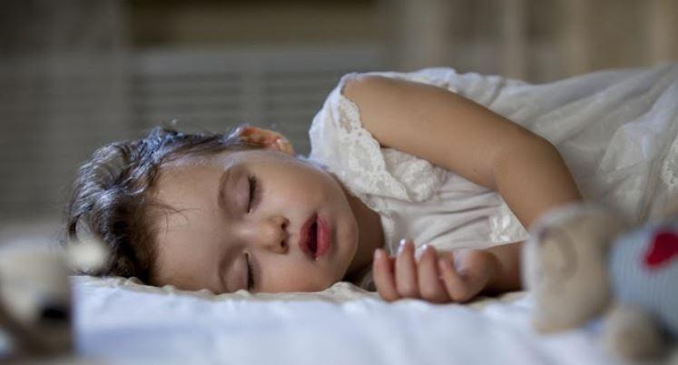 Trẻ bị đổ mồ hôi đầu khi mặc phòng thoáng, quần áo rộng rãi